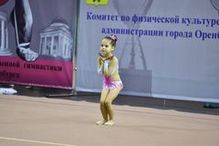 奥伦堡,俄罗斯- 2017 11月25日,年:女孩在节奏体操方面竞争 库存图片