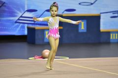 奥伦堡,俄罗斯- 2017 11月25日,年:女孩在节奏体操方面竞争 免版税库存照片