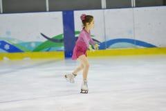 奥伦堡,俄罗斯- 2018 3月31日,年:女孩在花样滑冰竞争 库存照片