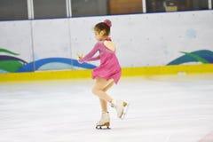 奥伦堡,俄罗斯- 2018 3月31日,年:女孩在花样滑冰竞争 库存图片
