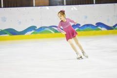 奥伦堡,俄罗斯- 2018 3月31日,年:女孩在花样滑冰竞争 图库摄影