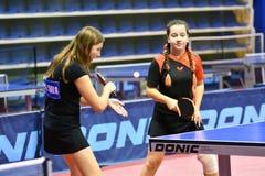 奥伦堡,俄罗斯- 2017 9月15日,年:打乒乓球的女孩 免版税库存照片