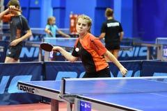 奥伦堡,俄罗斯- 2017 9月15日,年:打乒乓球的女孩 库存图片