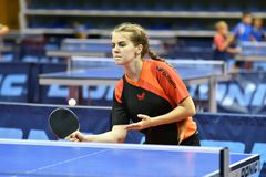 奥伦堡,俄罗斯- 2017 9月15日,年:打乒乓球的女孩 图库摄影