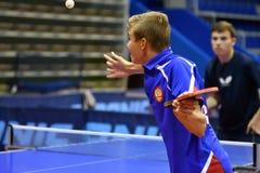 奥伦堡,俄罗斯- 2017 9月15日,年:打乒乓球的男孩 库存图片