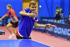 奥伦堡,俄罗斯- 2017 9月15日,年:打乒乓球的男孩 库存照片
