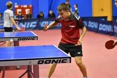 奥伦堡,俄罗斯- 2017 9月15日,年:打乒乓球的男孩 免版税库存照片