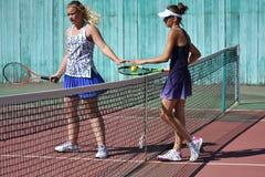 奥伦堡,俄罗斯- 2017 8月15日,年:打网球的女孩 图库摄影