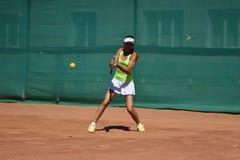 奥伦堡,俄罗斯- 2017 8月15日,年:打网球的女孩 免版税图库摄影