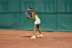 奥伦堡,俄罗斯- 2017 8月15日,年:打网球的女孩 免版税库存图片