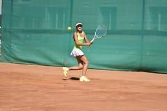 奥伦堡,俄罗斯- 2017 8月15日,年:打网球的女孩 库存图片