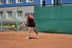 奥伦堡,俄罗斯- 2017 8月15日,年:打网球的女孩 库存照片