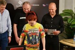 奥伦堡,俄罗斯- 2018 6月14日,年:正式称重量女孩战斗机混合了武术 免版税图库摄影