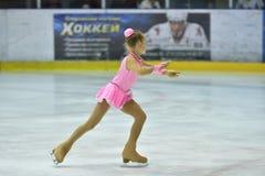 奥伦堡,俄罗斯- 2017 3月25日,年:女孩在花样滑冰竞争 免版税库存照片