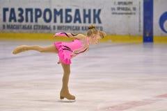 奥伦堡,俄罗斯- 2017 3月25日,年:女孩在花样滑冰竞争 库存图片