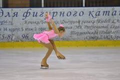 奥伦堡,俄罗斯- 2017 3月25日,年:女孩在花样滑冰竞争 库存照片