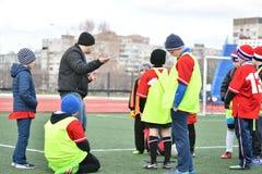 奥伦堡,俄罗斯4月26日, 2017年:男孩戏剧橄榄球 免版税库存图片
