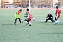 奥伦堡,俄罗斯4月26日, 2017年:男孩戏剧橄榄球 免版税图库摄影