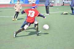 奥伦堡,俄罗斯4月26日, 2017年:男孩戏剧橄榄球 库存图片