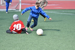 奥伦堡,俄罗斯4月26日, 2017年:男孩戏剧橄榄球 库存照片