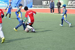 奥伦堡,俄罗斯4月26日, 2017年:男孩戏剧橄榄球 免版税库存照片