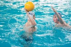 奥伦堡,俄罗斯- 2015年5月6日:在水球的男孩戏剧 库存照片