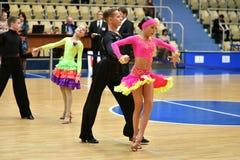 奥伦堡,俄罗斯- 2016年12月11日:女孩和男孩跳舞 图库摄影