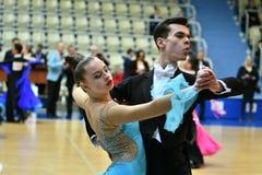 奥伦堡,俄罗斯- 2016年12月11日:女孩和男孩跳舞 免版税库存图片