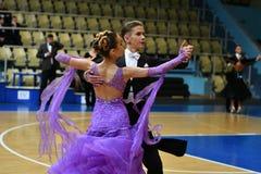 奥伦堡,俄罗斯- 2016年12月11日:女孩和男孩跳舞 库存图片