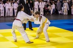 奥伦堡,俄罗斯- 2016年4月16日:女孩在柔道竞争 库存图片