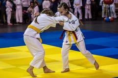 奥伦堡,俄罗斯- 2016年4月16日:女孩在柔道竞争 免版税库存照片