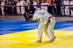 奥伦堡,俄罗斯- 2016年4月16日:女孩在柔道竞争 免版税图库摄影