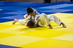 奥伦堡,俄罗斯- 2016年4月16日:女孩在柔道竞争 图库摄影