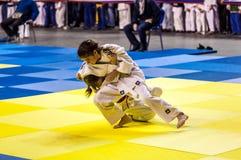 奥伦堡,俄罗斯- 2016年4月16日:女孩在柔道竞争 免版税库存图片