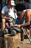 奥伦堡,俄罗斯- 2016年8月20日:爱好者汽车模型体育在越野轨道竞争 库存图片