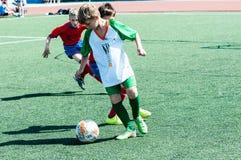 奥伦堡,俄罗斯- 2015年5月31日:男孩和女孩戏剧足球 免版税图库摄影