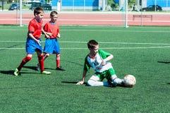 奥伦堡,俄罗斯- 2015年5月31日:男孩和女孩戏剧足球 免版税库存图片