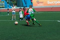 奥伦堡,俄罗斯- 2015年5月31日:男孩和女孩戏剧足球 免版税库存照片