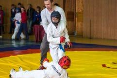 奥伦堡,俄罗斯- 2016年5月14日:男孩在接近的战斗竞争 库存照片