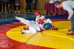 奥伦堡,俄罗斯- 2016年5月14日:男孩在接近的战斗竞争 免版税库存图片
