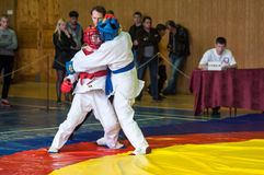 奥伦堡,俄罗斯- 2016年5月14日:男孩在接近的战斗竞争 免版税库存照片