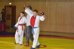 奥伦堡,俄罗斯- 2016年5月14日:男孩在接近的战斗竞争 库存图片
