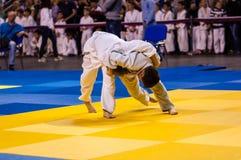 奥伦堡,俄罗斯- 2016年4月16日:男孩在柔道竞争 库存照片