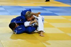 奥伦堡,俄罗斯- 2016年10月21日:男孩在柔道竞争 库存照片