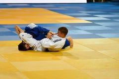 奥伦堡,俄罗斯- 2016年10月21日:男孩在柔道竞争 库存图片