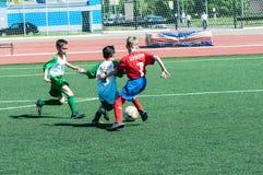 奥伦堡,俄罗斯- 2015年5月31日:男孩戏剧橄榄球 库存图片