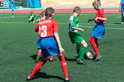 奥伦堡,俄罗斯- 2015年5月31日:男孩戏剧橄榄球 图库摄影