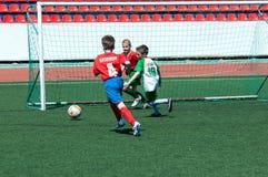 奥伦堡,俄罗斯- 2015年5月31日:男孩戏剧橄榄球 库存照片