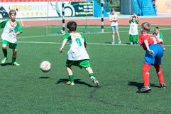 奥伦堡,俄罗斯- 2015年5月31日:男孩戏剧橄榄球 免版税库存照片