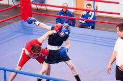 奥伦堡,俄罗斯- 2016年4月28日:男孩拳击手竞争 免版税图库摄影